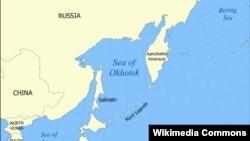 Курил аралдары (ортада) Жапония мен Ресей арасында орналасқан.