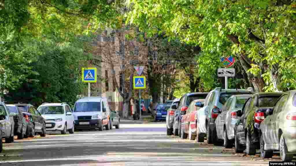 В дневное время улица Фрунзе заставлена автомобилями