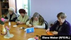 Пенсионерки шьют игрушки в детском саду для пожилых «Я не одинок». Темиртау, 27 января 2016 года.