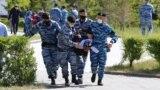 Оппозиция митингісі өтеді деп хабарланған жерге келген адамды полиция жасағы әкетіп барады. Нұр-Сұлтан, 6 маусым 2020 жыл.