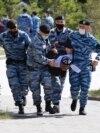 """Алматыда митингіге келген жұрт.Алматыда полиция, арнайы жасақ наразылық шарасына келгендерді """"митинг орнына"""" жібермей қоршап алды."""