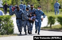 Polisiýa 6-njy iýunda Gazagystanyň Nur-Sultan şäherindäki Garaşsyzlyk meýdanynyň golaýynda demonstrantçylary tussag etdi. Demokratik reformalary talap edýän ýörişlerde 100-den gowrak oppozisiýa aktiwisti tussag edildi. (Petr Trotsenko, AÝ/AR)