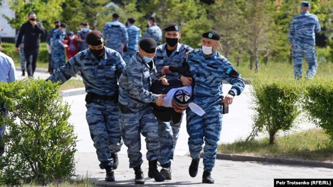 Задержание человека на месте предполагаемого митинга. Нур-Султан, 6 июня 2020 года.