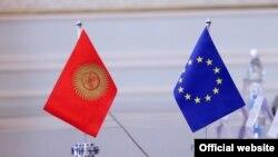 Кыргызстан менен Европа биримдигинин желеги.