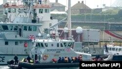 Tengerből kimentett bevándorlókat szállított Dover kikötőjébe a brit parti őrség 2021. július 26-án
