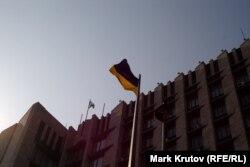 Украинские флаги над зданием обладминистрации и на флагштоке рядом с ним