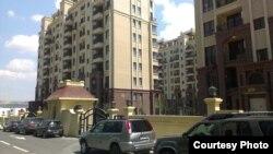 В МВД Грузии сообщили о задержании трех человек. Согласно версии следствия, они пообещали помощь беженке из Абхазии в получении вне очереди квартиры на территории Олимпийского городка, но обманули ее