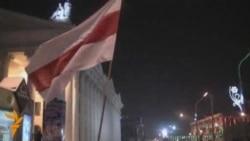Флаги на Октябрьской. Народ собирается.