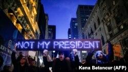 Протест возле Башни Трампа в Нью-Йорке 12 ноября 2016 года