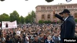 Никол Пашинян на митинге в Ереване, 30 апреля 2018 г.