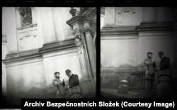Два человека разговаривают у стен церкви недалеко от Пражского Града