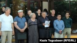 Активист Еркин Ракышев зачитывает заявление о «политически мотивированном» постановлении апелляционного суда в отношении Алмата Жумагулова и Кенжебека Абишева. Алматы, 20 мая 2019 года.