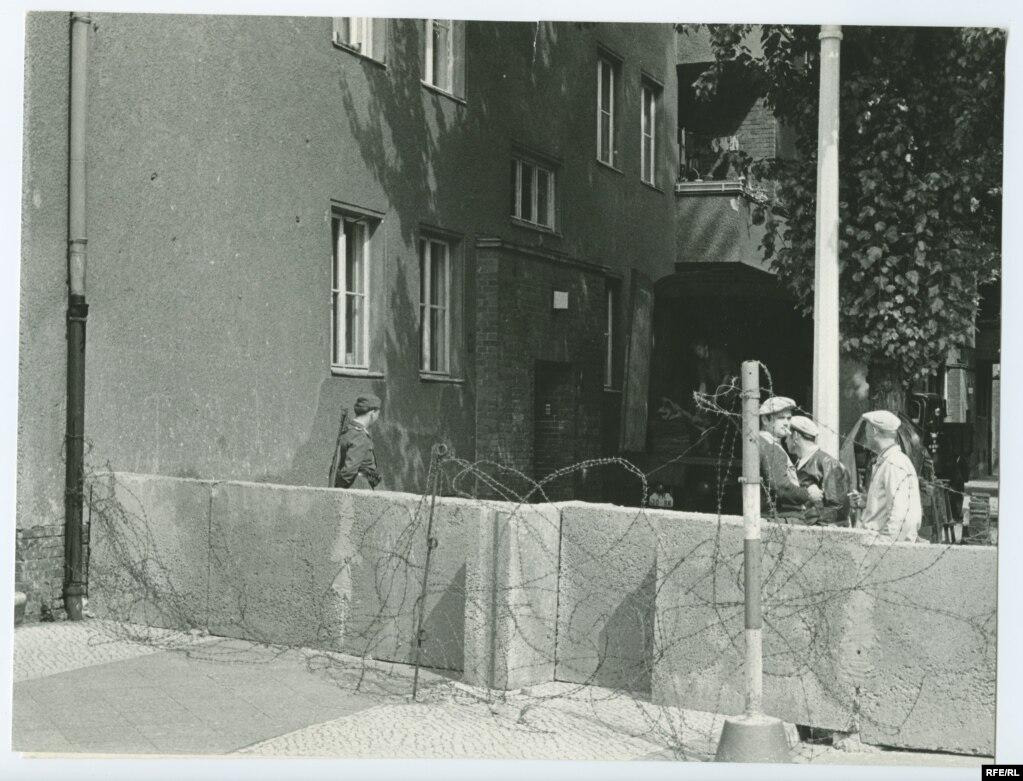 Спочатку «бар'єр» складався з бетонних блоків, колючого дроту і військових патрулів. Будівництво стіни як такої почалося приблизно через тиждень після того, як влада НДР поставила тимчасове загородження