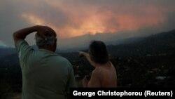 Flăcările și fumul au fost vizibile de la distanță mare.