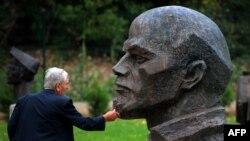 Паметник на Ленин в двора на Музея на социалистическото изкуство в София