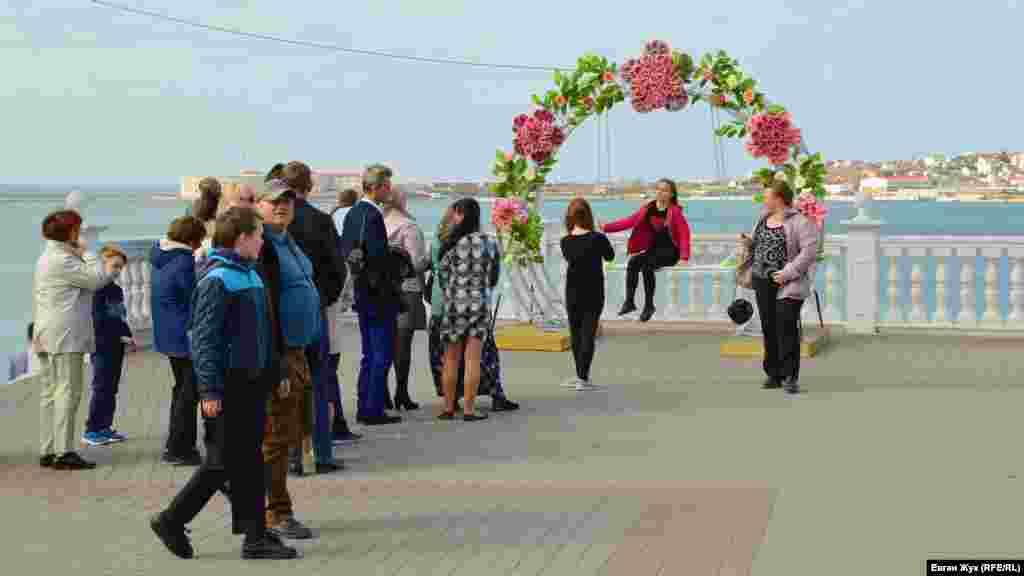 Є і така інсталяція – арка у квітах з гойдалками