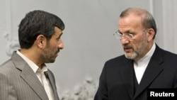 Prezident M.Ahmedinejad ozalky daşary işler ministri M.Mottaki bilen gürleşýär. 19-njy maý, 2010.