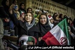 بیشتر تماشاگران، دخترانی بودند که با کلاههای سهرنگ و صورتهای منقش به سه رنگ پرچم، تیم ملی ایران را تشویق میکردند.