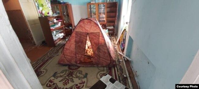 Палатка в квартире, где приходится спать оставшемуся жителю поселка Весовая Тимуру Бахтиярову. На свой страх и риск мужчина самостоятельно подключил электричество, чтобы поставить в палатку обогреватель.