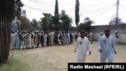 Очередь у одного из избирательных участков в Вазиристане во время парламентских выборов в Пакистане, 11 мая 2013 года.