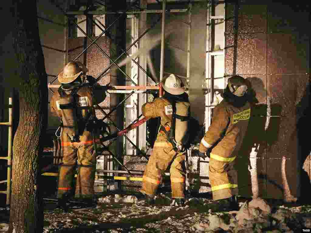 """Пожарные расчеты у здания развлекательного комплекса """"Рок-Сити"""", где в результате пожара выгорели два банкетных зала ресторана и административное помещение."""