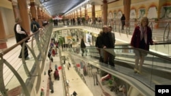 Многие восточные европейцы живут в кредит. Шоппинг-центр в Праге
