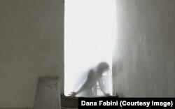 Waiting Room, Dana Fabini performance. Imagine film: Marius Popuț, scenografia: Ligia Smarandache