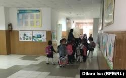 В коридоре школы № 87 в Шымкенте. 3 октября 2019 года.