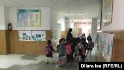 Дети в школьном коридоре. Иллюстративное фото.