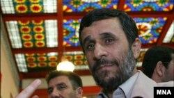 روشنفکران ایرانی به مواضع ضد یهودی محمود احمدی نژاد اعتراض کردند.