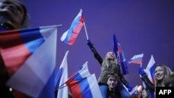 Ռուսաստան –– Իշխանություններին հարող «Մոլոդայա գվարդիա» եւ «Նաշի» խմբավորումների անդամները տոնում են «Եդինայա Ռոսիա» կուսակցության հաղթանակը, 5-ը դեկտեմբերի, 2011թ.