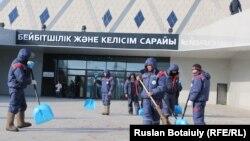 Бейбітшілік және келісім сарайының алдын тазалап жүрген жұмысшылар. Астана, 6 ақпан 2015 жыл.