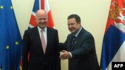 Villiam Hague (majtas) dhe Ivica Daçiq para fillimit të takimit të tyre në Beograd