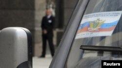 Автомобиль Службы судебных приставов у офиса ВР в Москве