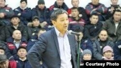 Лидер профсоюза Oil Construction Company Амин Елеусинов на собрании доводит до работодателя требования рабочих. Месторождение Каламкас, 10 января 2015 года.