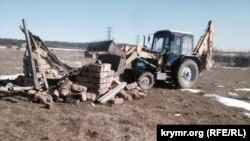 Traktor Dubki köyünde «narazılıq meydanındaki» inşaatnı yıqa.