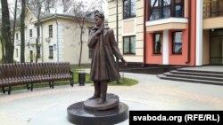 """Скульптура каля цэнтру """"Спамаш"""""""