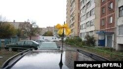 Желтая лента на радиоантенне автомобиля как символ протеста против переименования Петропавловска. 29 сентября 2010 года.