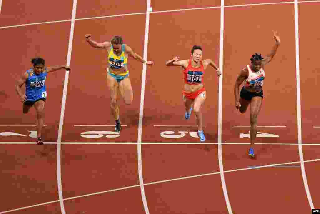 26-летняя казахстанская бегунья Ольга Сафронова (шестая дорожка) пробежала стометровку с шестым результатом. Время, показанное Ольгой на дистанции, - 11,43 секунды. На Азиатских играх 2014 года Сафронова пробежала стометровку за 11,45 секунды и стала бронзовым призером. Золото у спортсменки из Бахрейна Одионг Эдидон (четвертая дорожка), ее время - 11,30 секунды.