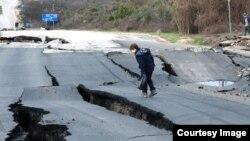 Участок трассы Севастополь-Симферополь, разрушающийся из-за оползня, март 2017 года