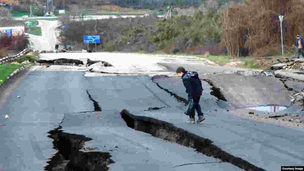 Траса Севастополь-Бахчисарай-Сімферополь руйнується через зсув