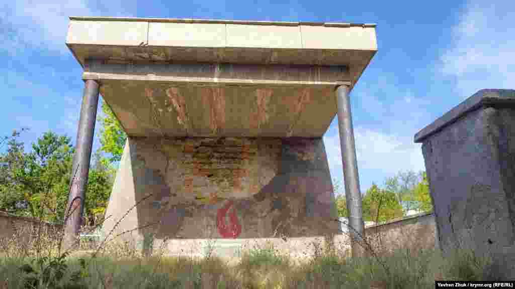 Братская могила советских воинов заросла травой, штукатурка отваливается