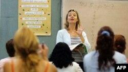Преподаватель центра по изучению английского языка говорит со своими иностранными студентами. Маями, 16 июня 2006 года.