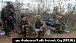 Украинские военнослужащие и репортер в Донбассе. Иллюстративное фото.