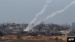 Снимок следа ракеты, выпущенной из сектора Газа по Израилю, 20 августа 2014 года.