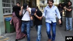 Թուրքիա - Քաղաքացիական հագուստով ոստիկանները տանում են «Իսլամական պետության» ենթադրյալ անդամի, Ստամբուլ, 24-ը հուլիսի, 2015թ․