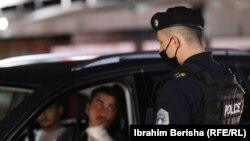 Një zyrtar policor gjatë një patrullimi në Prishtinë.