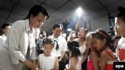 U.S. Secretary of State Condoleezza Rice visits a makeshift school in China's Sichuan Province