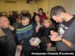 Константин Чабала на презентации своей книги «Волчье»