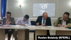 Представители НПО подписывают меморандум о сотрудничестве. Астана, 18 августа 2015 года.